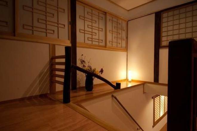 歴史ある館内には安心の手すりのついた階段がございます。